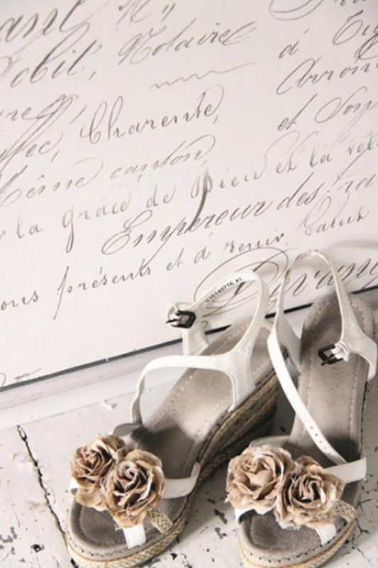 Carta da parati crema con scritte vernici shabby atelier for Carta da parati con scritte