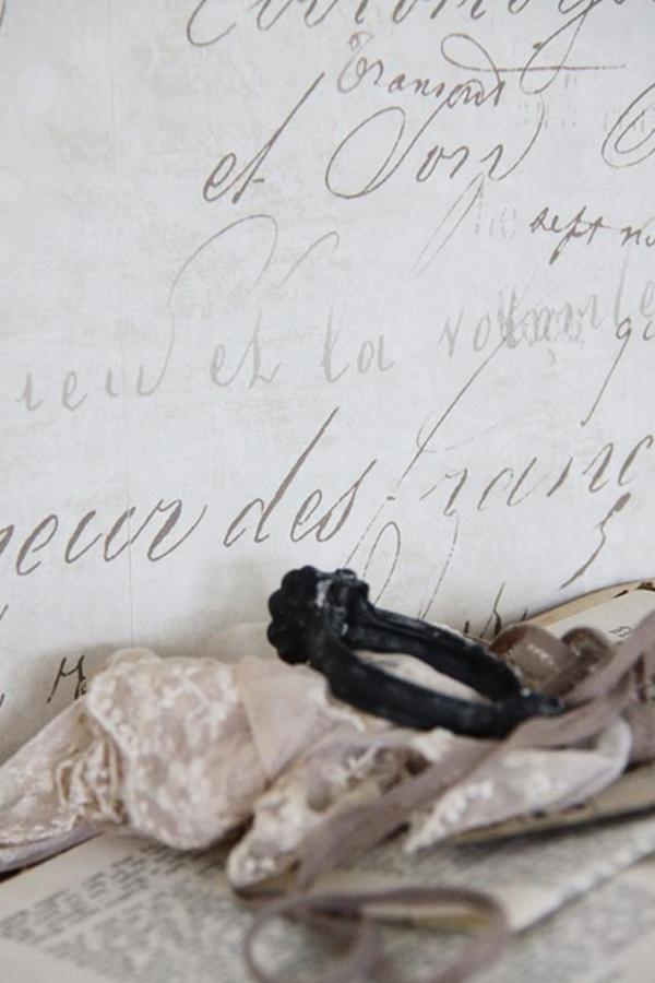 Carta da parati crema e patina con scritte vernici for Carta da parati con scritte